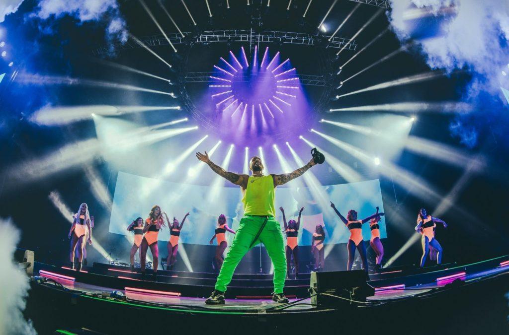 Строим сцена за най-продавания латино изпълнител в света