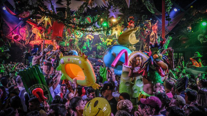 Посрещаме най-колоритното тропическо шоу в България. Стройрент изгражда сцена, подиум, вип платформи и барове