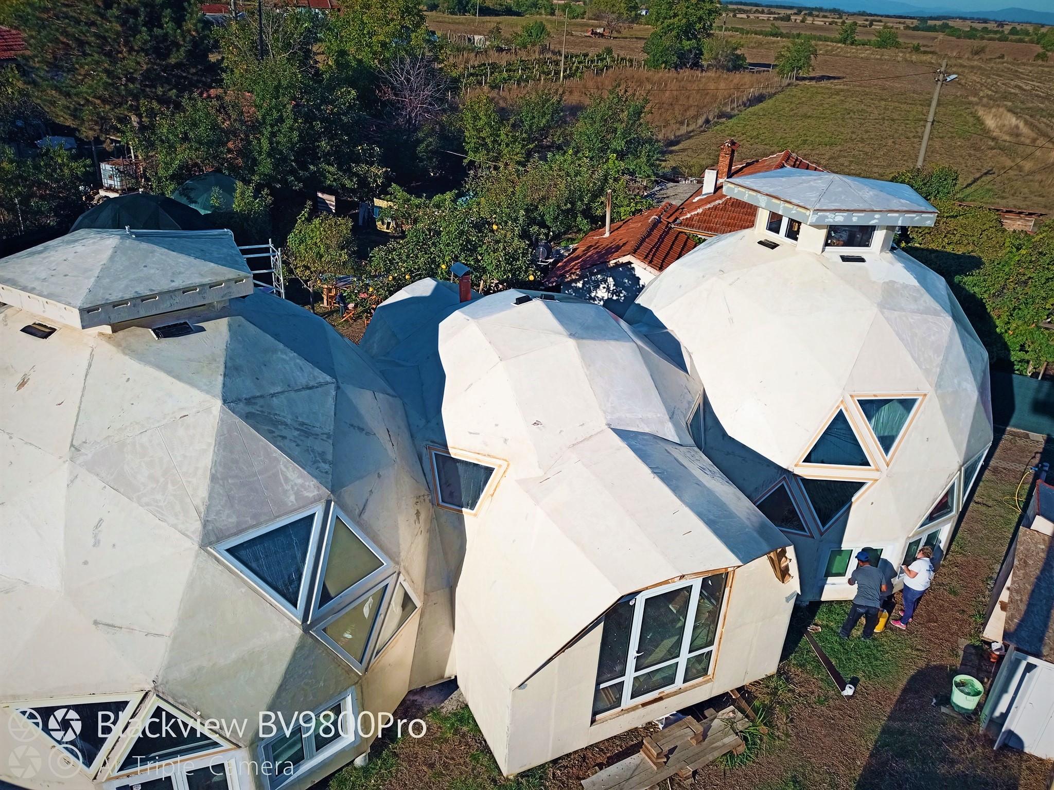 Интересни и различни къщи в Пловдивско. Техника от Стройрент улеснява процеса по изграждането им